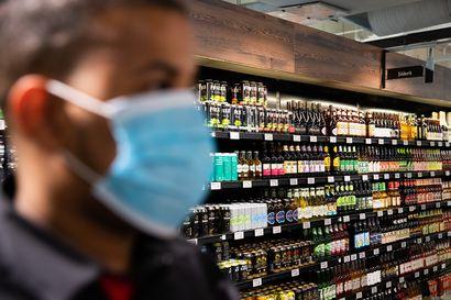 Kasvomaskien käyttö on lisännyt alkoholimyynnin ikärajavalvonnan tarvetta – Oulussa maskin takaa on paljastunut papereita kysyttäessäjopa 50-vuotiaita asiakkaita