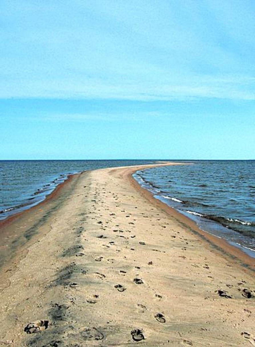 Santapankki on noin puolitoista kilometriä pitkä ja leveimmältä kohdaltaan noin 100 metrin levyinen hiekkasärkkä.