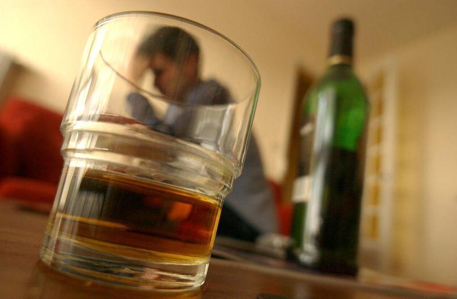 Alkoholin kulutus on yksi merkittävimmistä avioeroon johtavista syistä. Sanna Huikari selvitti tuoreessa väitöstutkimuksessaan alkoholin ja avioerojen välistä yhteyttä 23 OECD-maassa 50 vuoden aikana.