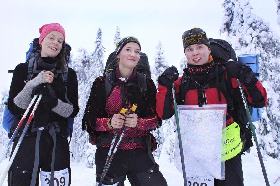 Kuopiolaiset Minna Apell, Karoliina Mäyrä ja Piia Ratava pitivät pienen tauon ensimmäisen tehtävärastin selvitettyään.