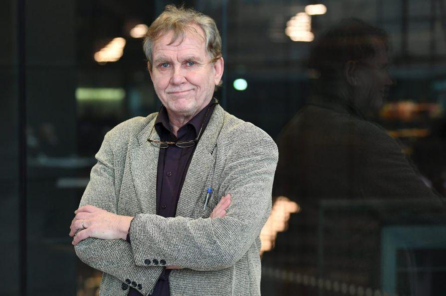 """Eläköityneellä Jarmo Heikkisellä on yhä liki kuukausittain asiaa Yleisradion toimitaloon, kun hän käy spiikkaamassa TV1:n ohjelmien mainospätkiä. """"Ihmiset luulevat, että käyn useamminkin, kun ruutupuffeja tulee tv:stä kyllästymiseen saakka."""""""