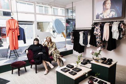 Pääministerin suosiman design-yrityksen taustalla on tiivis kaksikko – Hanna Virkamäki suunnittelee mallistojen kokonaisuudet, Mira Vanttaja kankaiden kuosit