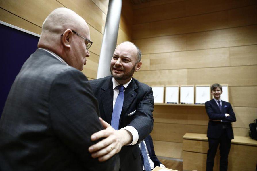 Sinisten puheenjohtaja Sampo Terho (oik.) onnitteli työministeri Jari Lindströmiä siitä, että tämä lähtee ehdokkaaksi myös eurovaaleihin.