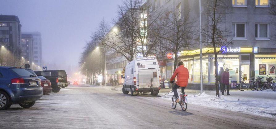 Viime viikonlopun lumisade vaikeutti paikoin pyöräilyä. Arkistokuva Hallituskadun pyöräkaistoista.
