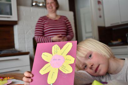 """""""Äiti on mussukka""""– Tanja Laaksonen lukee moneen kertaan lastensa hänelle askartelemia äitienpäiväkortteja, sillä ne paljastavat mitä äidistä todella ajatellaan"""
