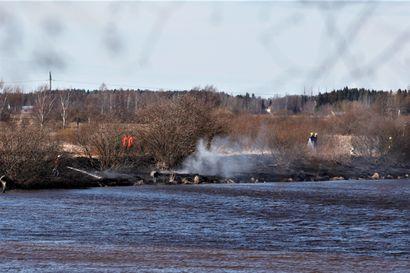 Poikien nuotiohommat karkasivat maastopaloksi Kalajoen rannalla Nivalassa– soutuvene tuhoutui palossa