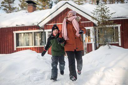 Aleksi halusi hotelliin yöksi, Elias ravintolaruokaa kotiin  – Koillismaalaiset lapsiperheet kertovat, miten viettävät talviloman sulkuaikana