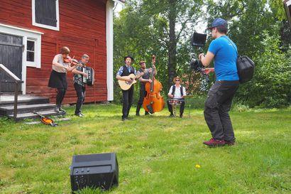 """Oululainen folk-yhtye Rommakko jatkaa uudella levyllään omaa persoonallista tyyliään: """"Biisin tekemisessä saa olla mukana sama ripaus löytöretkeilyä jatkossakin"""""""