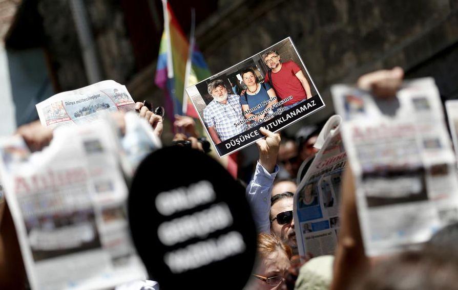 Turkissa on osoitettu mieltä toimittajien oikeudenkäyntejä vastaan. Kesällä 2016 turkkilaislehti Ozgur Gundemin toimittajille osoitettiin tukea, kun heitä vastaan nostettiin syytteet terrorismin edistämisestä.