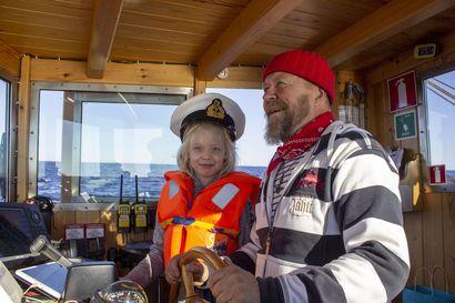 Auringonottoa ja pahoinvointikonjakkia - Perämeren Jähti purjehti ensimmäistä kertaa Hailuotoon.