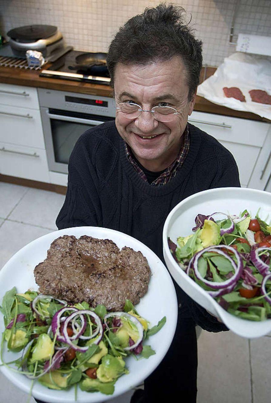 Raija Kara valitsee lautasmallin mukaisen lounaan leivän kera.