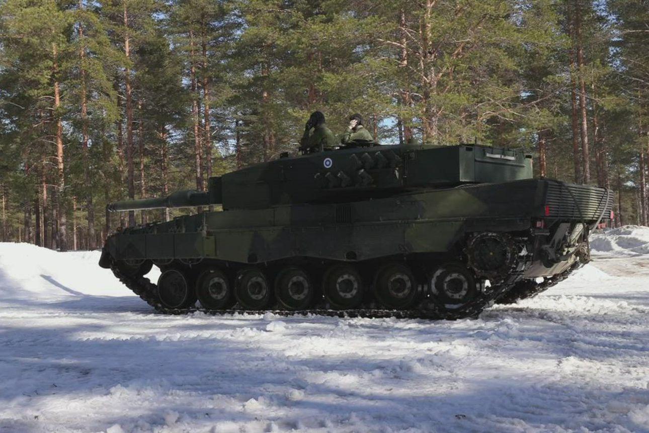 Leopard-taistelupanssarivaunu rullaa Kainuun prikaatin harjoituksessa