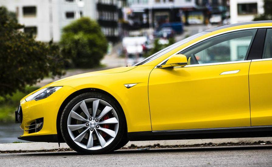 Tesla on painottanut, että oikeudellinen vastuu auton liikkeistä kuuluu aina yksiselitteisesti kuljettajalle. Kuvituskuvan Tesla S ei liity tapaukseen.