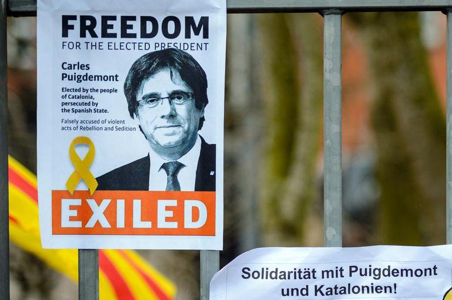 Carles Puigdemont on Saksan Neumuensterin vankilassa, jonka edustan aitaan Puigdemontin kannattajat ovat kiinnittäneet hänen vapauttamistaan vaativia julisteita.