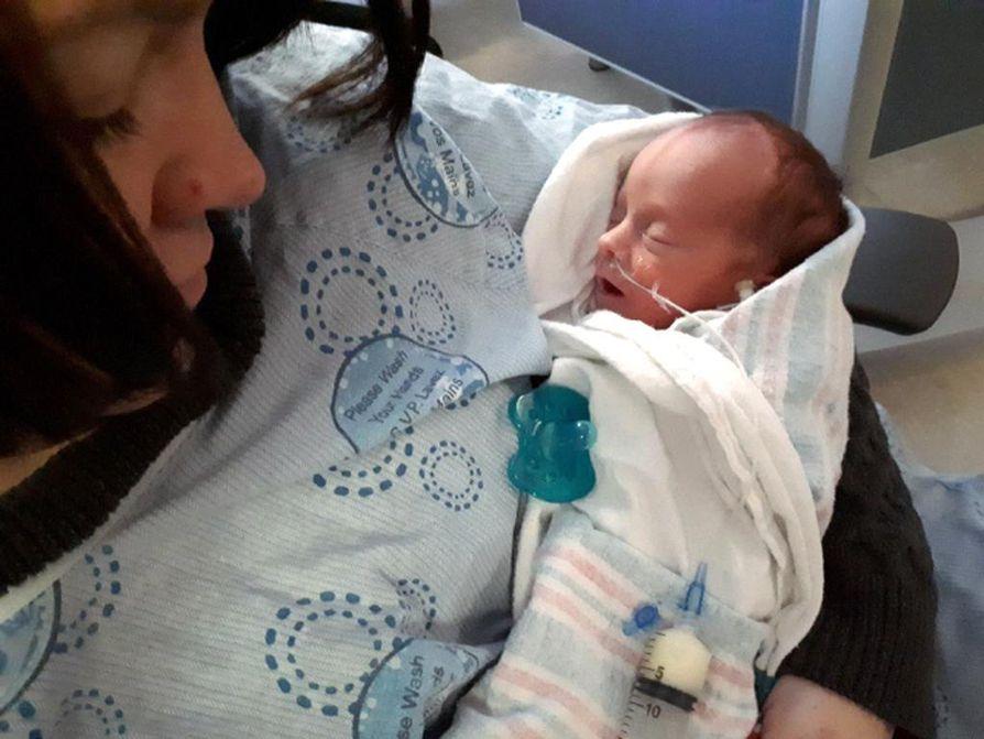 MacKenzie Shannonin sijaissynnyttämistä lapsista toinen - ja viimeinen - syntyi ennenaikaisena joulukuun alussa. Nyt hän kasvaa vauhdilla kotonaan kahden isänsä hoivissa.