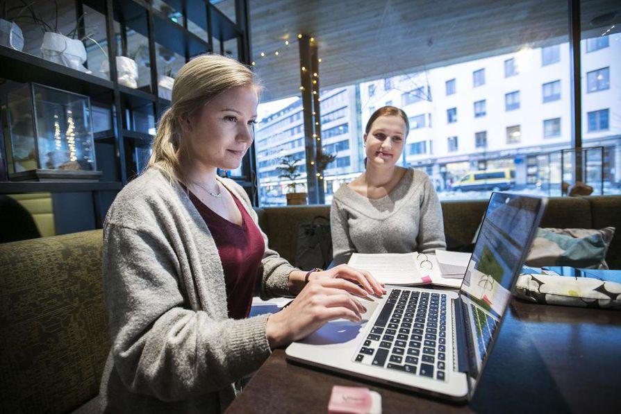 Viivi Peltola (vas.) ja Elina Koivula toivovat, että Oulun keskustassa olisi enemmänkin etätyöskentelyyn sopivia rauhallisia paikkoja.