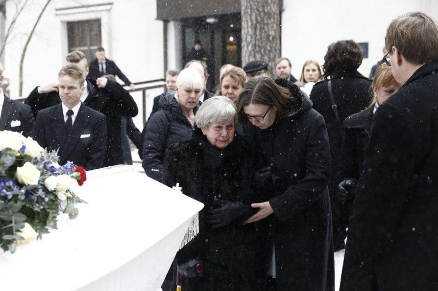 Mäkihyppylegenda Matti Nykänen siunattiin haudan lepoon lauantaina Jyväskylässä.