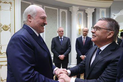 Jääkiekkopomo Fasel ja Valko-Venäjän Lukashenka tapasivat halausten merkeissä