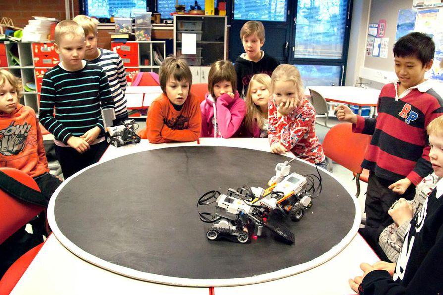 Rajakylän alakoulun 3A-luokkalaiset ovat rakentaneet sumorobotteja, jotka yrittävät kellistää tai työntää vastustajansa ulos alustalta ilman ulkopuolista ohjausta.
