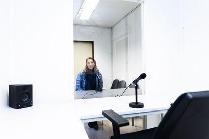 """Hoivakoti halusi vanhuksille mahdollisuuden tavata omaisia, ratkaisuna lasi, mikrofoni ja kaiutin – Useat suomalaiset vanhustentalot harkitsevat """"tapaamistuvan"""" perustamista"""