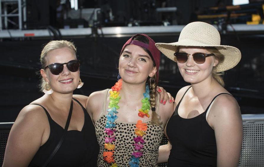 Sanna Sundqvist, Henni Häkkilä ja Roosa Savolainen ehtivät jopa brunssille ennen päälavan lauantaina korkanneen Chisun esiintymistä.