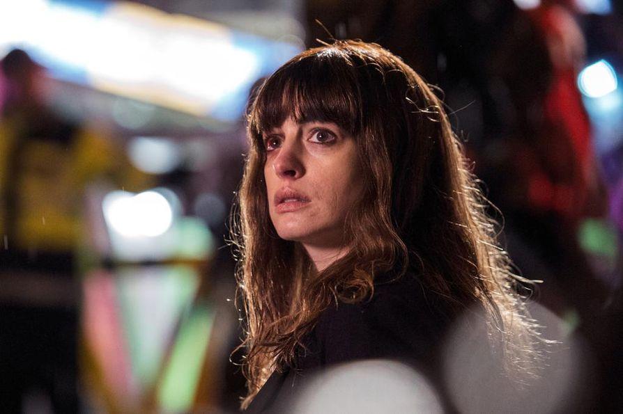 Colossalissa Glorialla (Anne Hathaway) on jatkuvasti huono olo ja Soulissa riehuva hirviö tuntuu matkivan häntä.