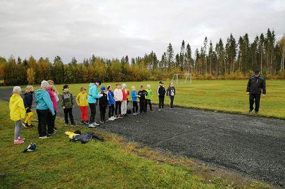 Juoksurata erottuu nyt nurmikentästä – Karungin Kataja talkoili nuorille paremmat suorituspaikat