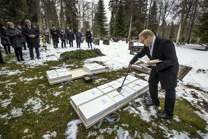 Ruukista vuonna 1996 löydetyt mysteerivainajat pääsivät kirkkomaahan – maalliset jäännökset haudattiin pienissä laatikoissa