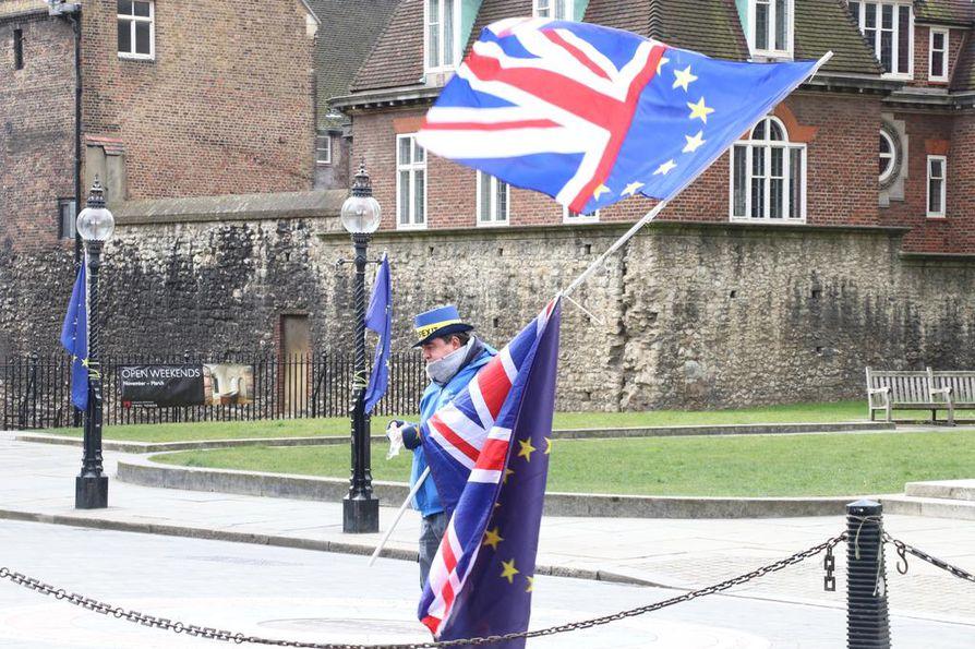 Yksinäinen brexitin vastustaja liehutti Britannian ja EU:n lippuja Britannian parlamentin edustalla Lontoossa helmikuun lopussa.