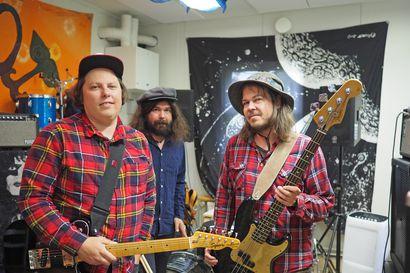 """Oululaisen Mikko Heikkisen haaveena oli tehdä levy ja soittaa kaikki instrumentit itse, mutta toisin kävi – Fernet Undergroud tavoittelee samaa henkeä, joka vallitsi """"joskus kuudesluokkalaisena porukoiden kellarissa"""""""