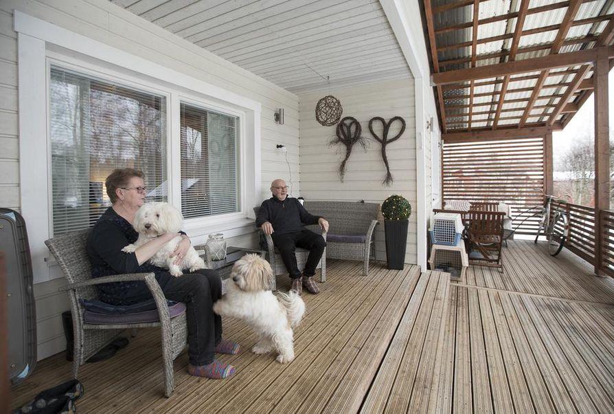 Kuisti on Tarja ja Risto Lehtoselle mieluinen paikka. Siitä aukeaa mukava näkymä Siikajoen suuntaan. Kuvassa myös pariskunnan koirat, Taneli ja Jesse.