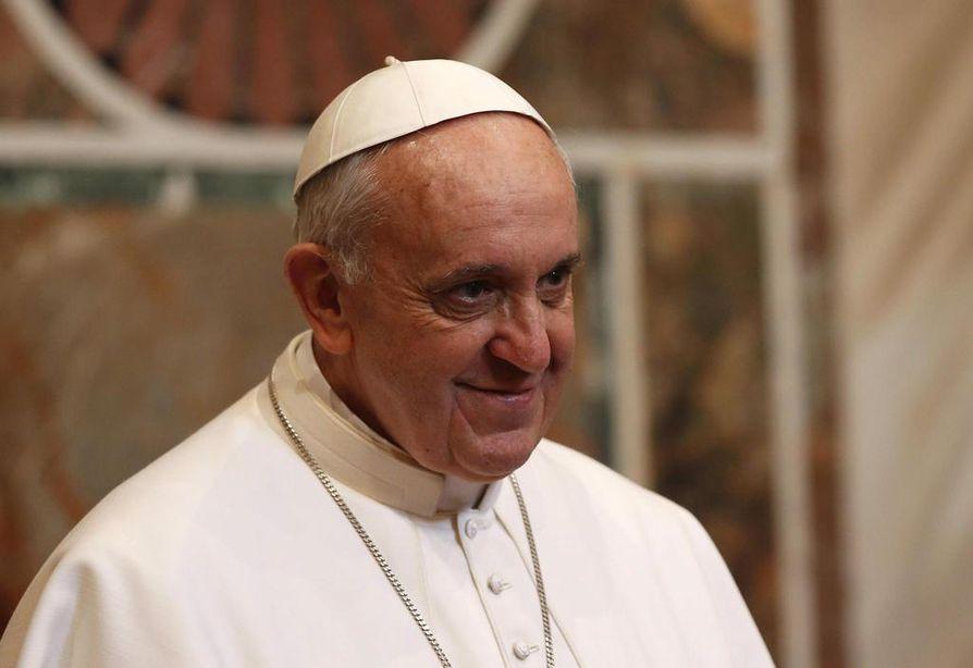 Paavi Franciscus tapaa emerituspaavi Benedictuksen paavin kesäasunnolla Castel Gandolfossa.