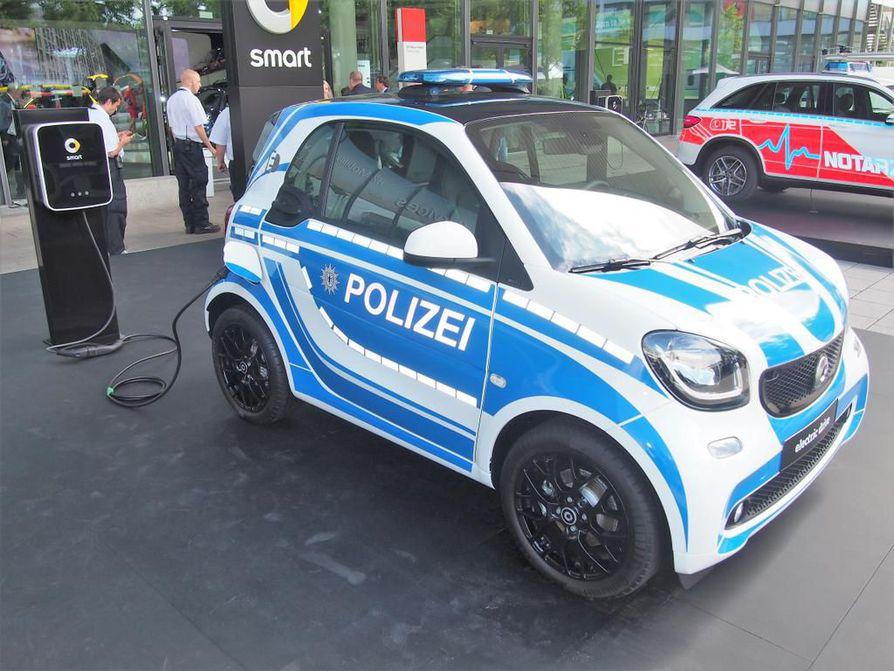 Kaikki autoilussa ei ole haudanvakavaa, osoittaa Smartin poliisiautoversio. Sekin käy tietysti sähköllä, mutta ainakaan rosvoja tällä ei kuljetella. Nelipaikkaisesta Smartista puolestaan on tehty messuille erityinen pelastusautoversio.