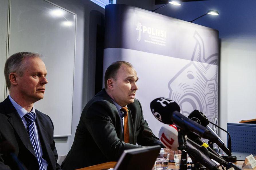 KRP:n apulaispäällikkö Tero Kurenmaa ja rikoskomisario Olli Töyräs selvensivät Turun viimekesäisen puukotuksen tapahtumia keskiviikkona tiedotustilaisuudessa.