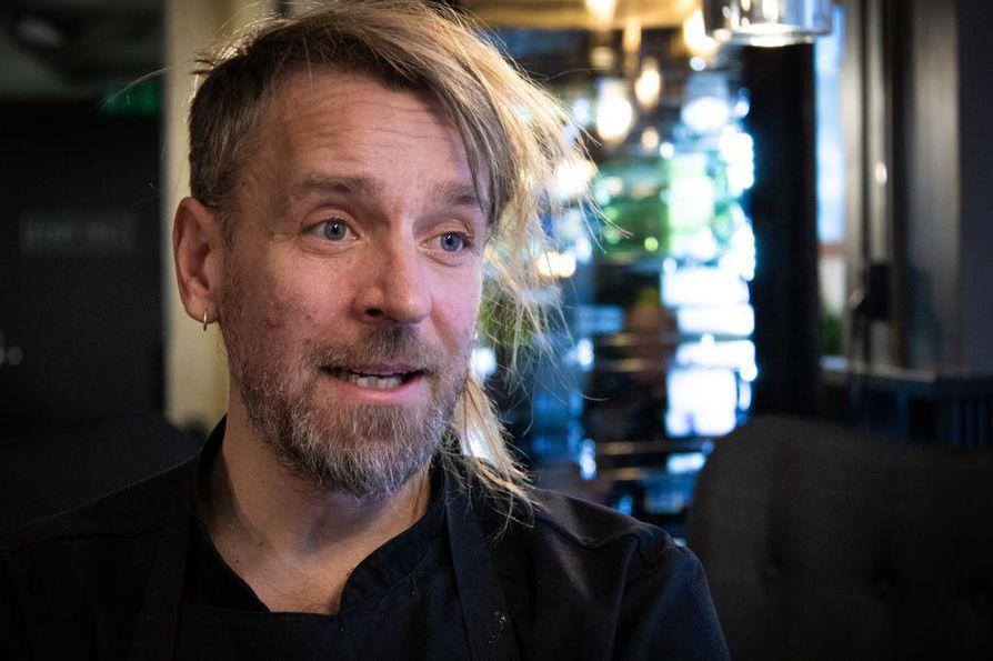 Jyrki Tsutsunen on kiertänyt maailmalla hämmentämässä ihmisiä kävyistä ja muista suomalaisen luonnon raaka-aineista tekemillään annoksilla. Palaute on ollut kiittävää.