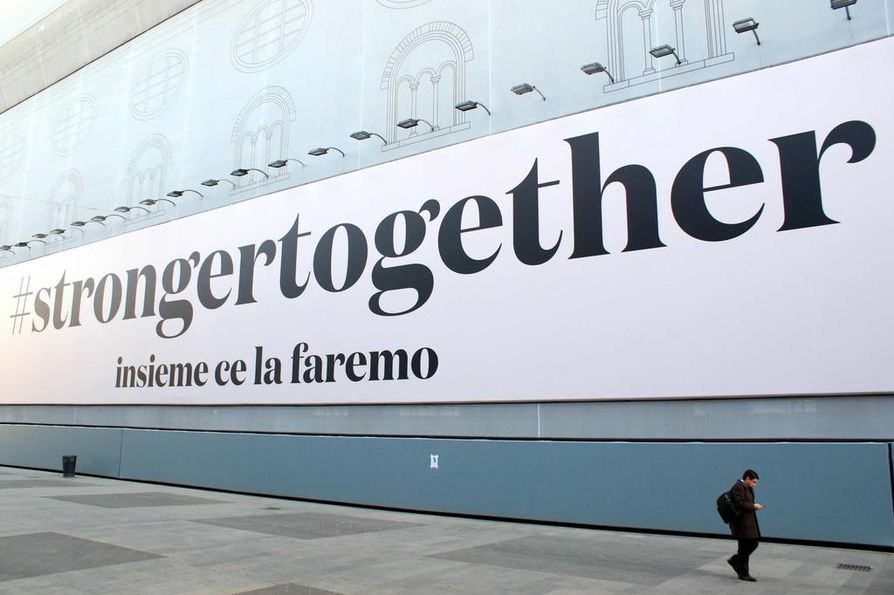 """""""Yhdessä olemme vahvempia"""", kertoo kyltti Italian Lombardian maakunnassa."""