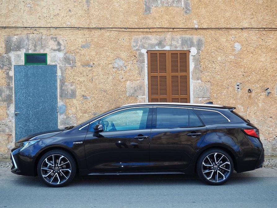 Jos kovat myyntitavoitteet toteutuvat, Corolla Touring Sports voi pian olla Suomen eniten myyty farmariauto. Akseliväli on 270 senttiä – sama kuin entisessä Avensiksessa.