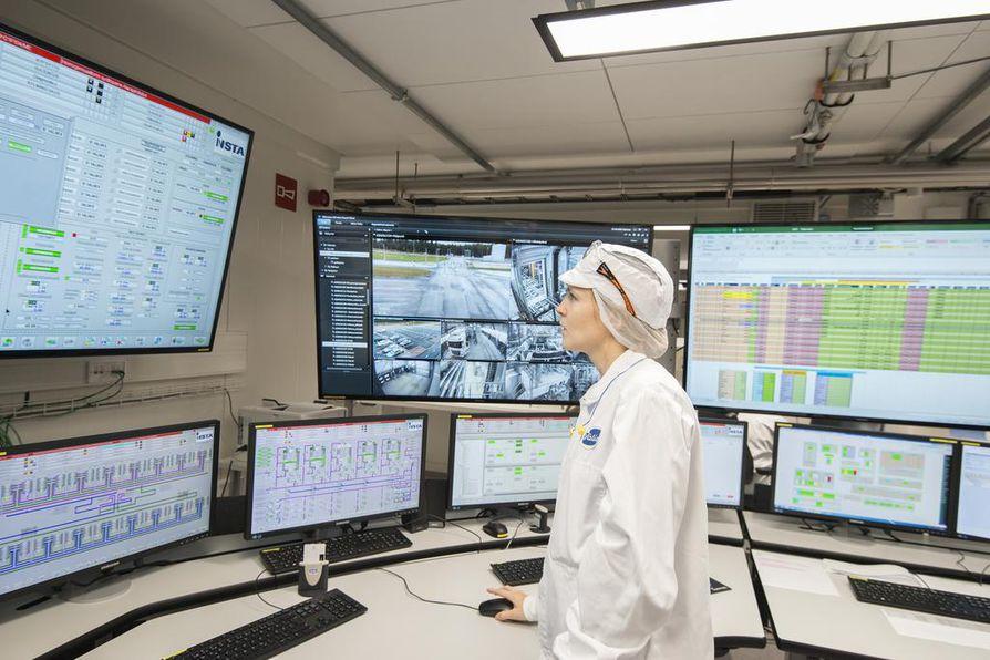 Prosessioperaattori Fiija Ketonen tarkkaili jogurtin valmistusta Valion Riihimäen välipalatehtaan valvomossa.