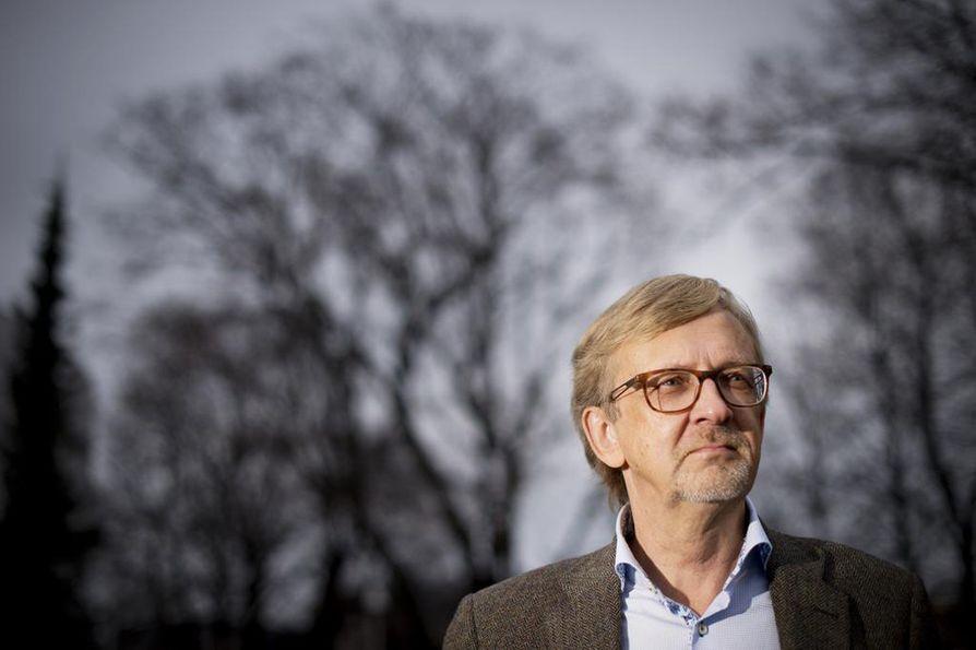 Kuntademokratiaan perehtyneen Ilkka Ruostetsaaren mielestä on demokratian kannalta tärkeää, että vaaleilla valitut elimet saadaan muodostettua mahdollisimman pian sen jälkeen, kun maakunnat aloittavat toimintansa.