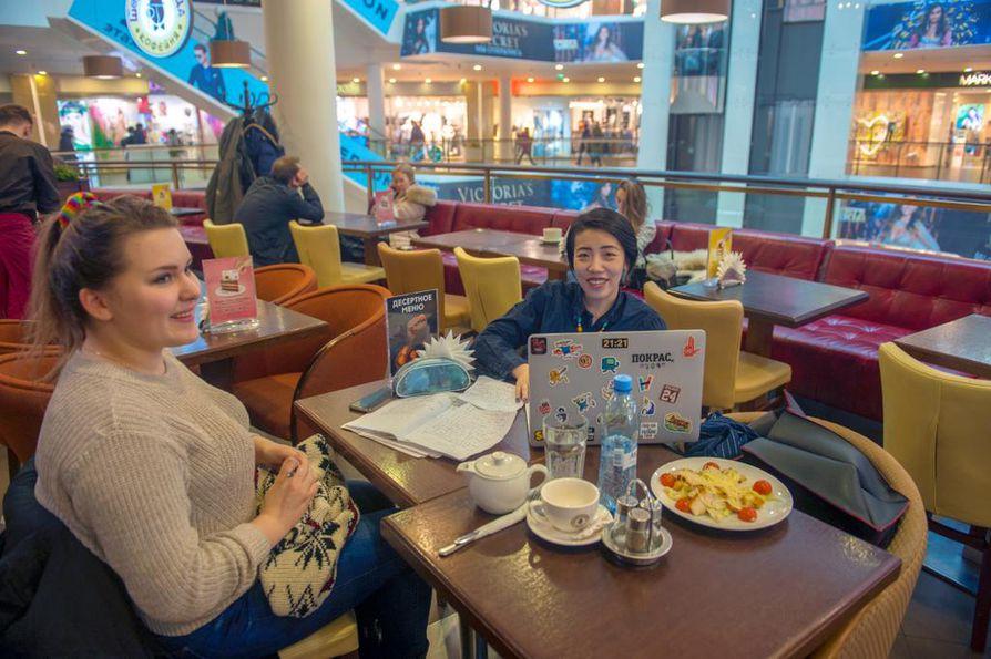 Pietarin nuoria eivät presidentinvaalit juuri huoleta. Ksenja (vas.) opiskelee kiinaa, koska Venäjän työmarkkinoilla kiinan taitoa arvostetaan. Kiinalaisia turisteja tulee maahan paljon ja kauppa itään kasvaa.
