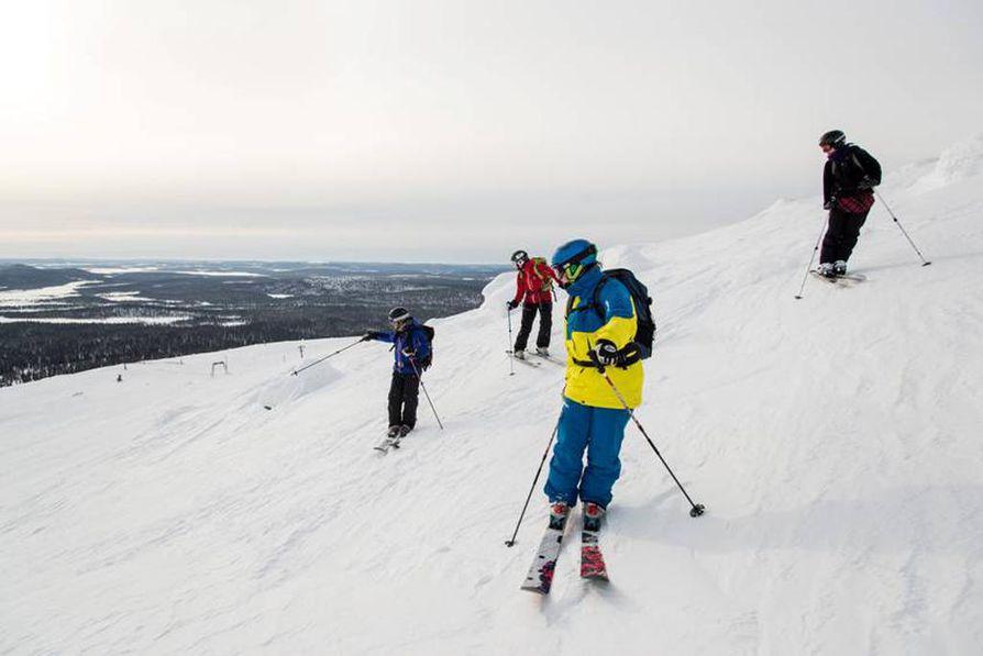 Lapin ensimmäinen hiihtohissi otettiin käyttöön Pallastuntureilla vuonna 1953. Kuvassa vapaalaskijoita Pallaksella maaliskuussa 2013. Arkistokuva.