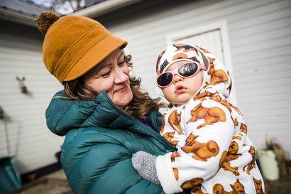 Lappilaistaaperot coolisti arskoissa – lapsen silmät on syytä suojata auringon UV-valolta heti keväästä alkaen
