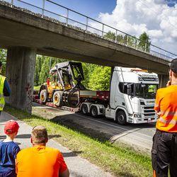 Raskas ajoneuvo jäi jumiin Rovaniemellä rautatiesillan alikulkuun useaksi tunniksi– Tilanne aiheutti haittaa liikenteelle pitkälle iltapäivään