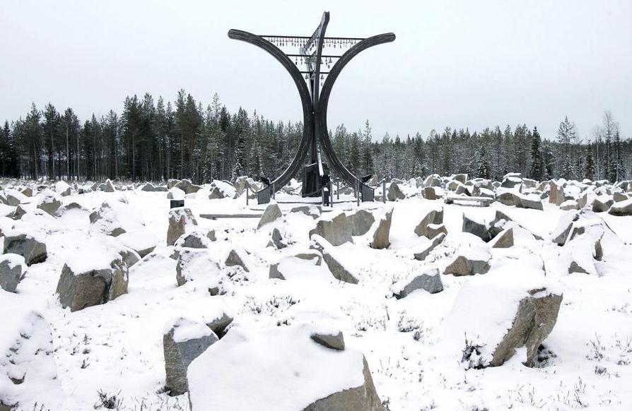 """Talvisodan Monumentti, joka koostuu kaatuneita kuvaavasta kivikentästä sekä keskusmuistomerkki """"Avara syli"""", joka muodostuu neljästä puukaaresta ja niiden päällä soi tuulessa 105 vaskikelloa, yksi kutakin talvisodan päivää kohden."""