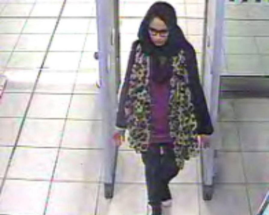 Lontoolainen Shamima Begum lähti Britanniasta Isisin riveihin kahden koulukaverinsa helmikuussa 2015, jolloin hän oli 15-vuotias. Nyt neljä vuotta myöhemmin hän haluaa palata maahan vastasyntyneen lapsensa kanssa.