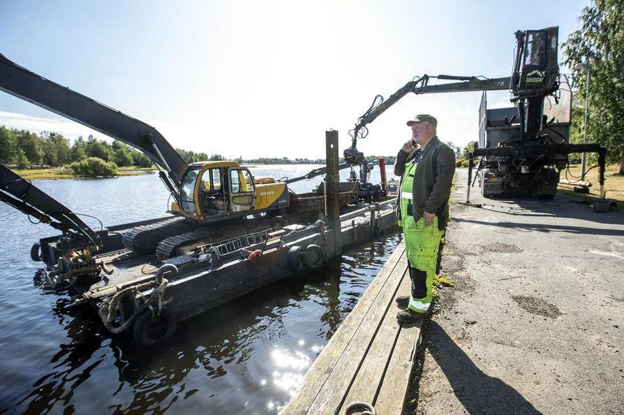 Meri-Lapin Ruoppaus Oy:n yrittäjä Henri Putkosen vastuulla on kaikista syvimpiin kohtiin kasautuneiden uppotukkien nostaminen.