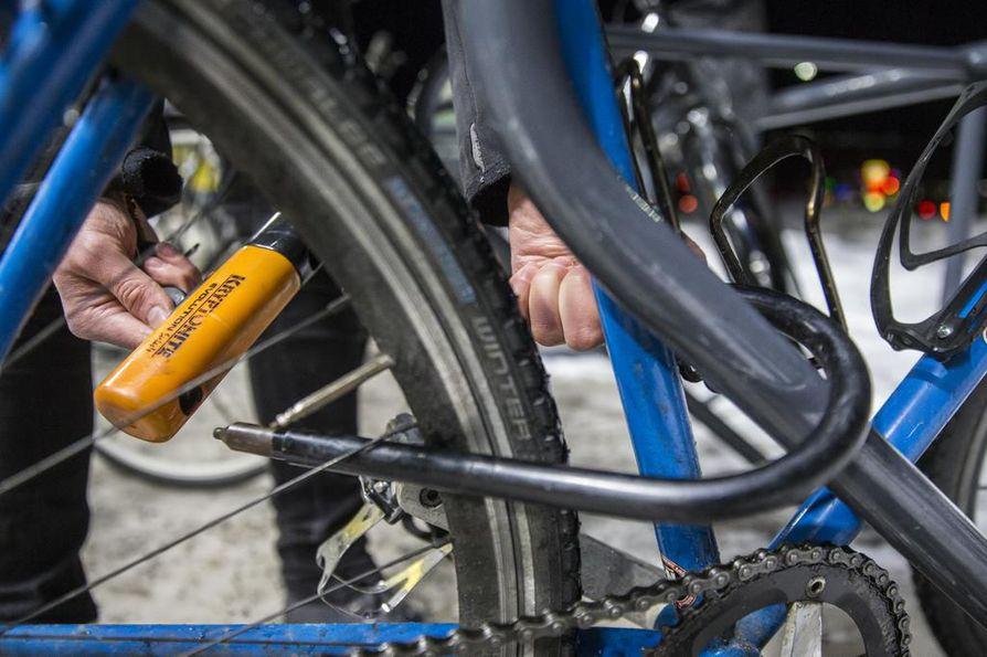 Varkaat jättävät vankasti lukitut pyörät usein rauhaan ja napsivat helposti vietävät mukaansa.