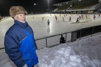 """Kun katsomoon ei pääse, oululainen Risto Alakuijala seuraa jääpalloa vaikka lumikasan päältä – """"Ei ole vielä tullut kukaan kieltämään"""""""