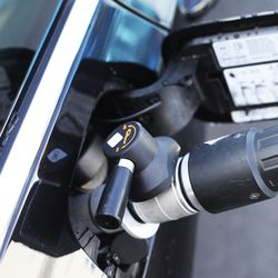 """Liminkalainen Veli Saari osti kaksi vuotta sitten käytetyn lataushybridin: """"Kaikki yllätykset ovat olleet positiivisia"""" – hybridi- ja kaasuautojen jälleenmyyntiarvo mietityttää"""