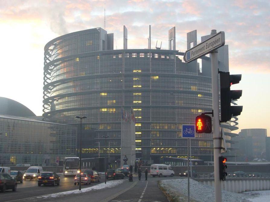 Europarlamenttiin valitut työskentelevät Belgiassa Brysselissä ja Ranskan Strasbourgissa, josta kuvan Euroopan parlamentin päärakennus.